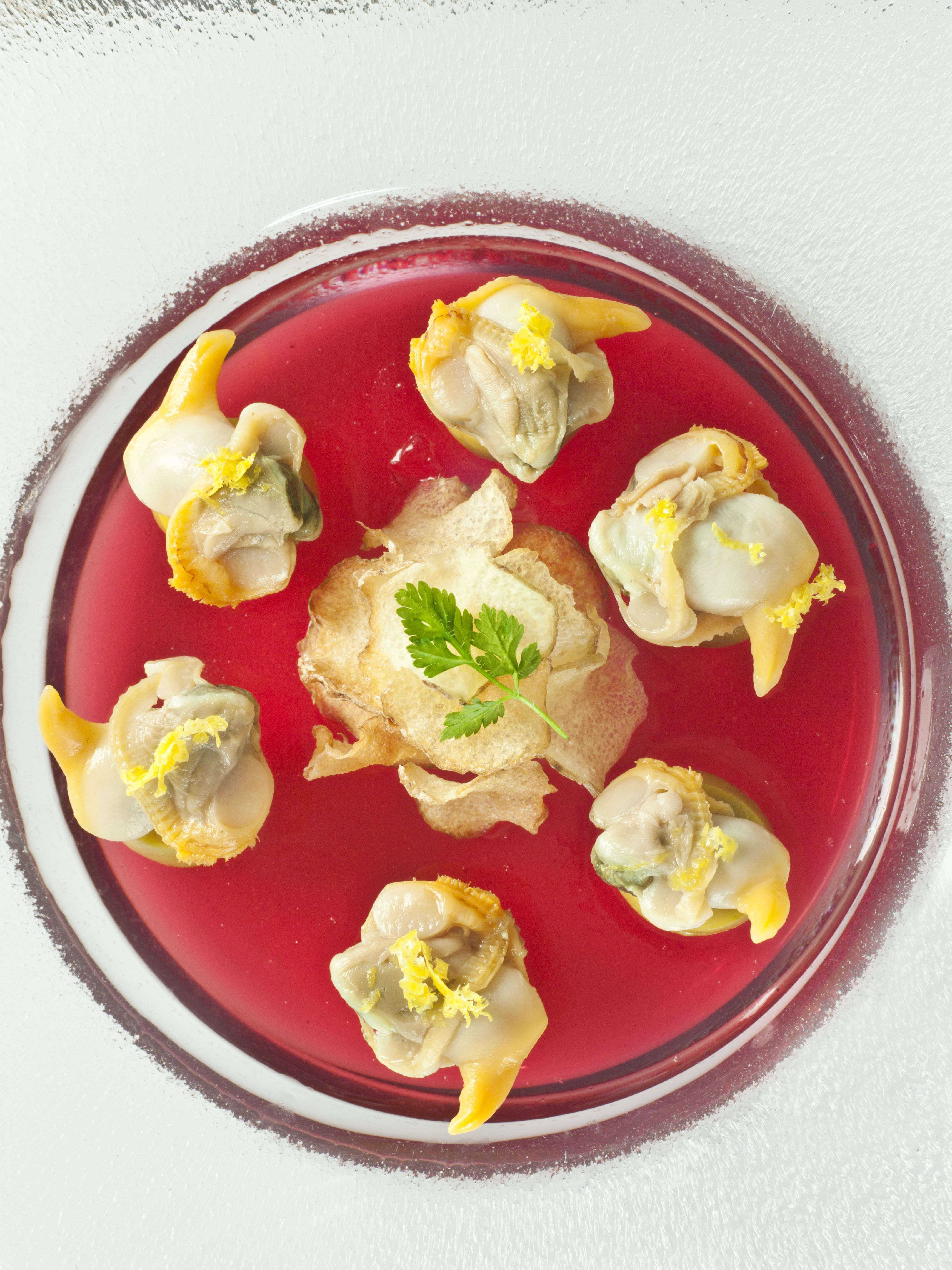 Berberechos Frinsa con Campari, aceitunas y patatas chips
