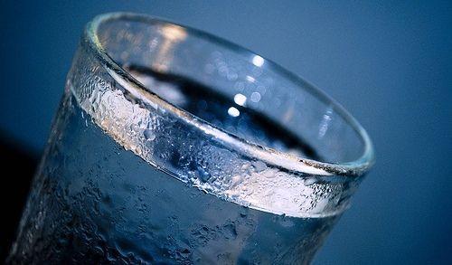 ¿Por qué dos litros de agua al día?