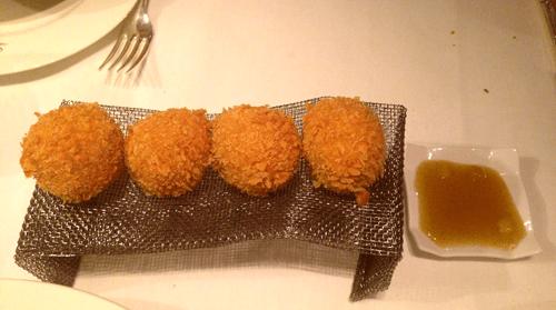 croquetas-de-jamon-y-queso-de-cabra-con-mermelada-de-manzana