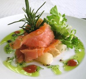salmón ahumado con espárragos
