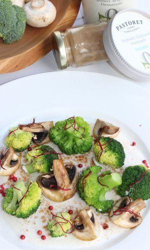 brocoli salteado con setas y salsa de yogurt pastoret
