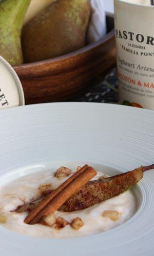 Peras a la canela con yogurt de melocotón Pastoret y moscatel