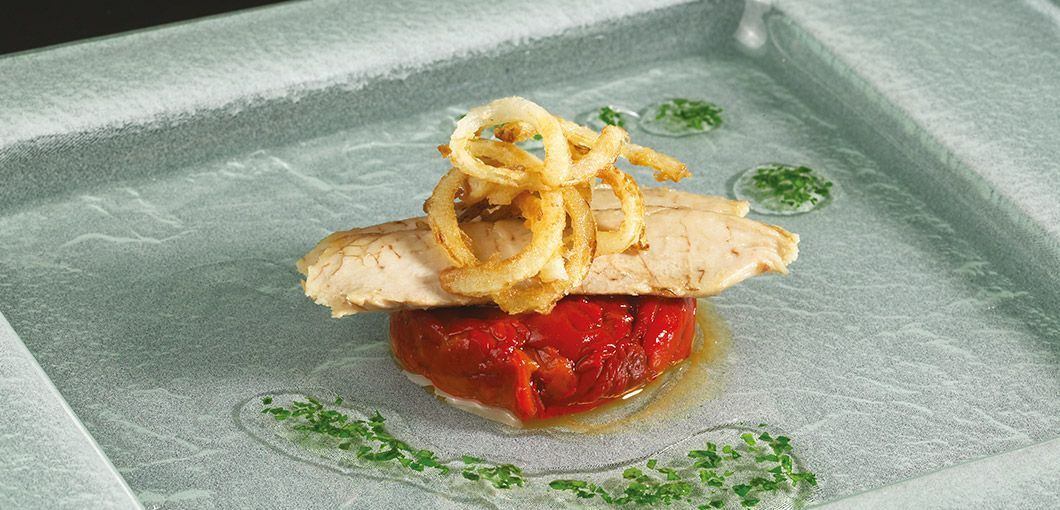 Canapé de ventresca de bonito con pimiento rojo frito