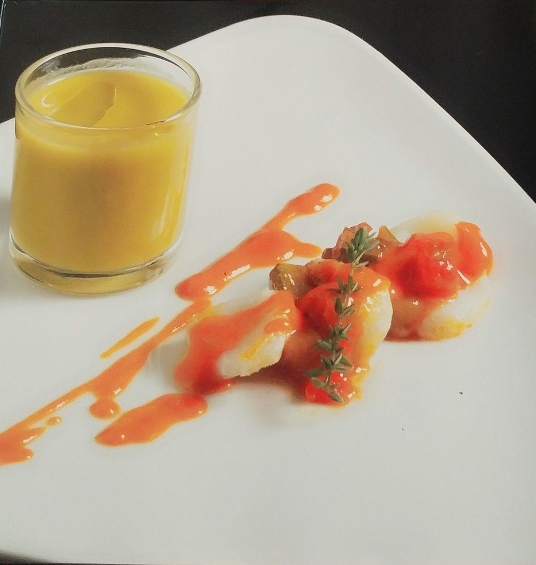 láminas de bacalao y pisto con aroma de pimiento del piquillo y chupito de verduras