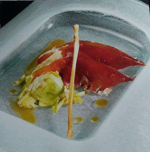 Milhojas de alcachofas fritas y láminas de jamón